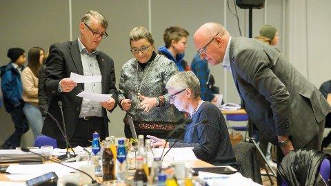 Styremøte i Helse Fonna i fjor. Kjell Arvid Svendsen, Hilde B. Christiansen og Brian Bjordal diskuterer.