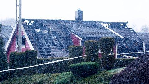 SIKTELSEN UTVIDET: Huset i Bokngata sør i Haugesund brant natt til 1. nyttårsdag. En mann i 50-årene har erkjent ildspåsettelsen. Han er også siktet for forsettlig drap og grovt skadeverk.
