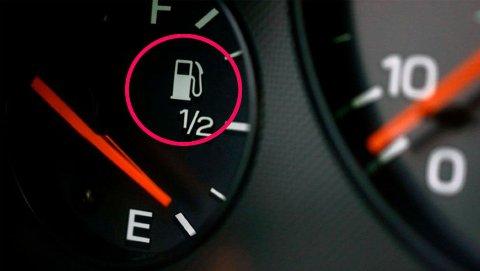 """Det er både tungvint – og gjerne litt flaut – å måtte flytte bilen etter at du har stoppet for å fylle drivstoff, fordi tanklokket er på """"feil"""" side. Men det er egentlig helt unødvendig å havne i denne situasjonen..."""