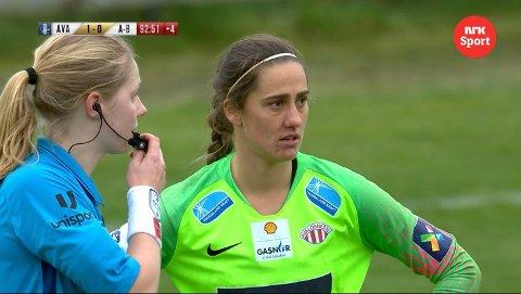 DOMMERFEIL: Dommer Veronika Fjeldvær har innrømmet at hun gjorde feil da hun ikke ga frispark mot Avaldsnes-keeper Victoria Esson tirsdag.