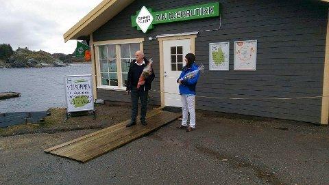 PUB: Turid Angelica Brocks driver landhandel i Vestvågan. Nå vil hun utvide serveringen ved Kaikanten pup og kafe. Her er hun sammen med vefsnordfører Jann-Arne Løvdahl under åpningen av landhandelen høsten 2015.