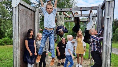 SISTE DAG: Siste dag i klatrestativet som elever ved Elsfjord skole. Nå skal de fleste av skolens 15 elever over til Granmoen skole.