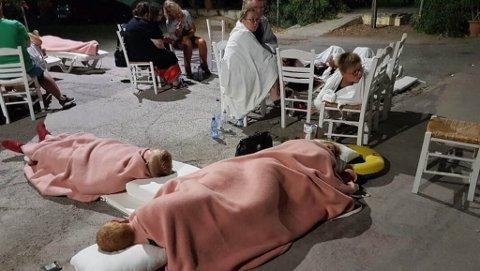 SOLSENGER: Familien fra Karasjok ble evakuert fra hotellet og overnattet ute med pledd og solsenger.