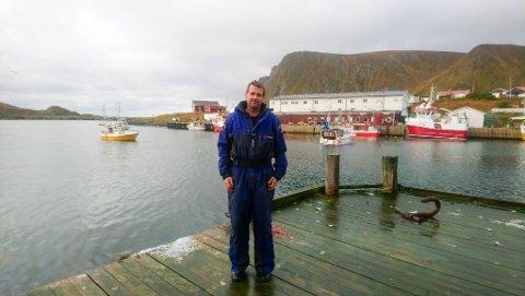 KRITISK TIL KOMMUNEN: Jon-Atle Bjørø er leder i lokallaget til Sørøy/Loppa Fiskarlag. Han mener det er svært uheldig at utenlandske fisketurister får gå rundt fritt i kommunen.