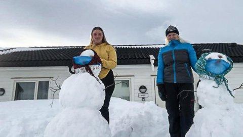 KORONA-SNØDAMER:  Sandra Maria (15) og Lisbeth (47) lager korona-snødamer som hjemmeskoleoppgave i gym.