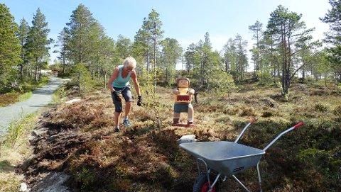 Kjellrun Skjerve er eldsjela bak trefigurane. Her saman med Kristoffer Robin, som er plassert like før toppen på Bukkhaugen