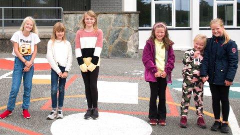 FAMILIE: Disse seks jentene er i familie, og går på Frøyland skole.