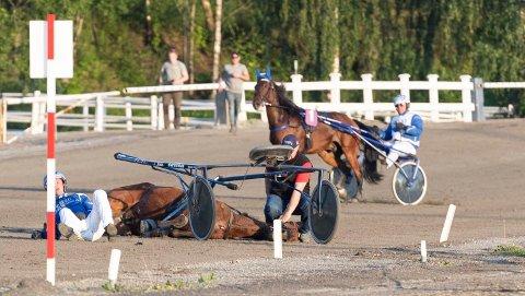 ULYKKEN: Adrian Solberg Akselsen og Gøran Antonsen, travulykke i løp 8 på Momarken 18. juni.