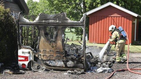 BARE ET SKALL: Den helt nye campingvogna er bare et skall etter den voldsomme brannen forrige onsdag. Foto: Lars Ivar Hordnes