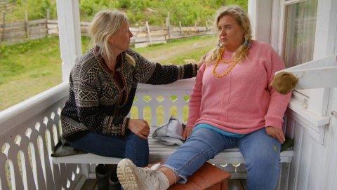 Her forteller Hilde Skovdahl at hun må trekke seg fra Farmen-eventyret til ukens storbonde Eli Kari Gjengedal. Foto: Skjermdump fra TV 2
