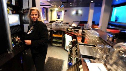 PÅKJENNING: Janne Johansen ved Quality Hotel Grand sier at saken har vært en påkjenning, men er innstilt på å gjøre det beste de kan ut av uka de må stenge alkoholserveringen.