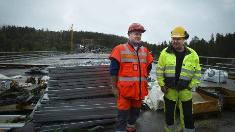 På brua: Både prosjektleder Tom Hedalen (t.v.) og anleggsleder Jan Kåre Gulseth fra HAG Anlegg er tilfreds med fremdriften på Saggrenda bru. Alle Foto: Eigil Kittang Ramstad