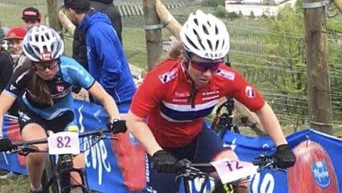 ANDREPLASS: Helene Marie Fossesholm fører her an foran Mona Mitterwalner, som til slutt vant det internasjonale juniorritet i Nals i Nord-Italia søndag.FOTO: MORTEN VANGEN