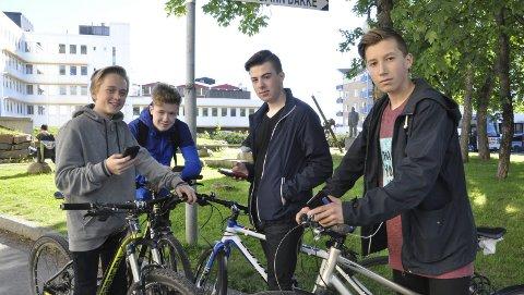 Pokemontrenere: Svolværguttene (fra høyre) Ruben Jensen, Julian Nilsen, Tobias Forsaa og Oscar Jøraandstad samles i Havneparken for å spille Pokémon. Og så har de syklene klare for å legge ned kilometer. Alle foto: Sander Lied Edvardsen