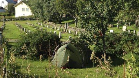 Camping: Dette synet møtte varaordfører Laila Jusnes Kristiansen i morges. To turister hadde like så greit slått opp teltet sitt midt i kirkegården.