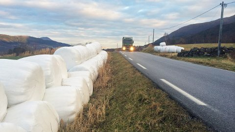 TS-utfordring: Rundballer og landsbruksutstyr lagret innenfor vegens sikkerhetssone