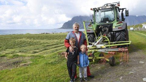 Slåttehjelp: Gårdbruker Ivar Andersen på Uttakleiv har god hjelp av barnebarna Vegard (8 år) og Kristian (4 år) i sommer. FOTO: Karianne Steen