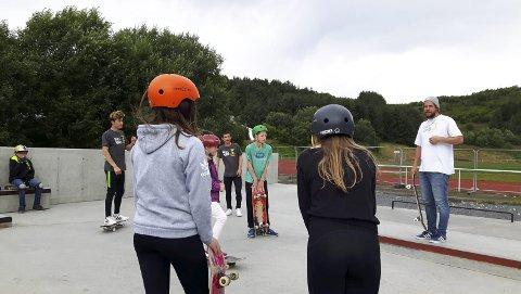 INSTRUKTØR FRA BODØ: Sindre Sandvin fra RullNord instruerer ivrige deltakere på Leknes begge foto: Camilla Indrevoll, Qltura