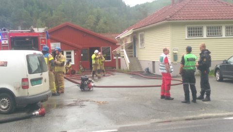 BRANN: Mannskaper fra brannvesen var i ettermiddag på plass i Audnedalsveien på Konsmo.
