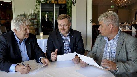 Bli bedre kjent: – Nå skal vi bli bedre kjent med Hobøl, sier varaordfører Ingolf Paller (t.h.) og ordfører Thor Hals. – I den nye kommunen får vi både Helsehuset og Ringvollklinikken, sier Hobøl-ordfører Olav Breivik (t.v.).