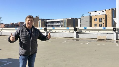 LEDIG: - Her er massevis av ledige parkeringsplasser og ladestasjoner. Rart nesten ingen bruker dem, sier Dan Sundby.