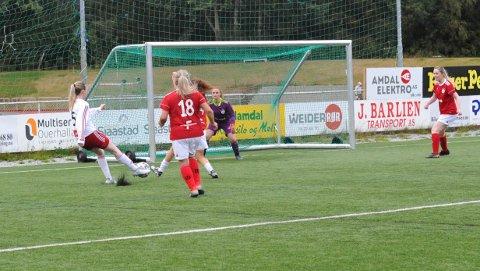 FØRSTE MÅL:  Her scorer Frida Lysberg Bøkestad det første målet i namdalsk seriespill for senior på nesten to år. Ti slutt vant Overhalla oppgjøret mot Spillum ganske så komfortabelt.