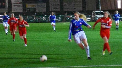 TRUSSEL: NILs hurtige angrepsspiller Emilie Sørensen Bakken er en konstant trussel på topp for blåtrøyene. I torsdagens oppgjør mot Rørvik noterte hun seg for to nettkjenninger.
