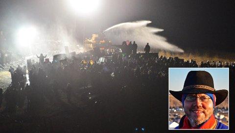 HAVNET I DRAMA: Politiet slo ned på demonstrantene som forsøker å forhindre en ny oljeledning krysse Missouri-elvene i Dakota, USA. UiT-professor Øyvind Ravna havnet midt i dramaet da han besøkte leiren. - Det er et under at ikke folk ble drept.
