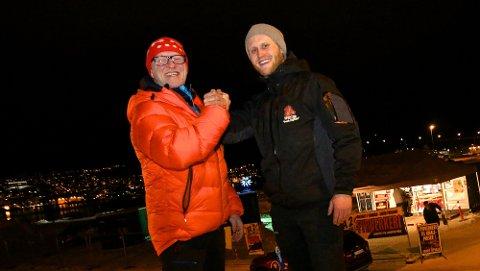 SELGER FYRVERKERI: Signor Antonsen (t.v.) har overdratt fyrverkeriutsalget ved NOVA-senteret i Tromsdalen til sin (nå tidliger) medarbeider, Michael Rath Olsen.