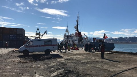 FLERE SKADD: En turistbåt kolliderte i kaia i Barentsburg søndag morgen.