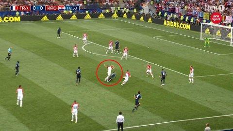 FRISPARK: Mange mener Antoine Griezmann falt alt for lett i forkant av frisparket som ga Frankrike 1-0-ledelse over Kroatia i VM-finalen. Foto: Skjermdump (NRK)