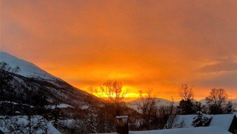 I FLAMMER: Slik så det ut i retning Balsfjord søndag formiddag. Det blir ikke like fint på soldagen mandag. Foto: Are Medby