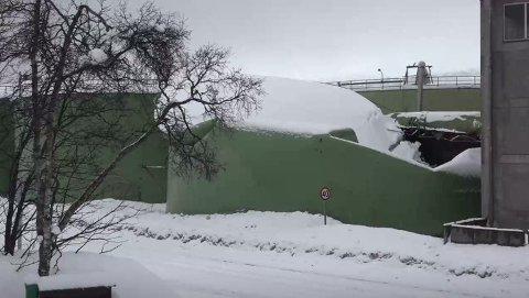 KOLLAPSET: En av tankene på Tromsø fiskeindustris anlegg på Stakkevollvegen i Tromsø kollapset mandag.