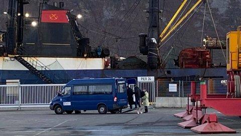 TØMMER TRÅLEREN: Det smittede mannskapet på tråleren Obelyay fraktes nå fra Breivika til koronasenteret i Kroken. Foto: Elvira Kolsing