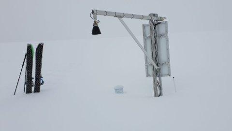 MÅTTE MÅKES FRAM: Målestasjonen på Sjufjellet snødde ned og måtte måkes fram. På det meste har snødybden der vært 3,67 i år. Foto: Aadne Olsrud