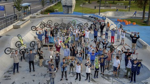 POPULÆRT: Skateparken er et sted som tiltrekker seg mange barn og unge. Gjøvik-folk er stolte av parken og mener slike tilbud som tilrettelegger for uorganisert aktivietet er viktig. Arkivfoto: Brynjar Eidstuen
