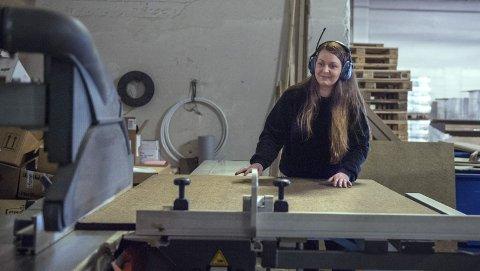 Tar prøver: Ida skjærer en bit av trefiberplate for å laboratorieteste kvaliteten.