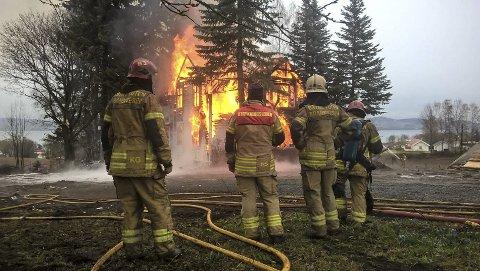 HELTER: Brannvesenet på Lillehammer har fått 111 søkere på én stilling. Dette bildet er tatt fra en øvelse i Østre Toten.  ARKIVFOTO: Brannvesenet