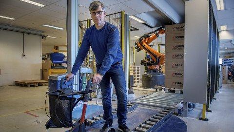 Omfattende investeringer: – Vi har blant annet investert i roboter (i bakgrunnen) for å effektisere produksjonen av rullatorer, sier Rune Midtun, administrerende direktør i Torpo Industrier AS. 20 ansatte vil bli overført fra Hov til Gjøvik.Foto: Brynjar Eidstuen