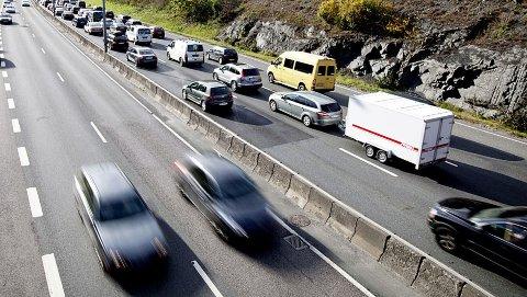 Ferietrafikk, trege bilister og veiarbeid - det er mange hindringer for den som vi fort fram. Illustrasjonsfoto: Scanpix