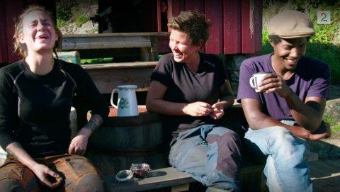 BEKREFTER ALLIANSEN: Mens Camilla, Eunike og Kristian koser seg i vannkanten, kommer det frem at de nå har bygget en sterk allianse inn mot sluttspurten i Farmen. Foto: TV2/KLIPP