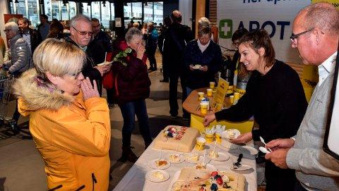 Kjelstad Bakeri serverte 600 bløtkakestykker ved åpningen av Rådhustorget butikksenter på Lena.