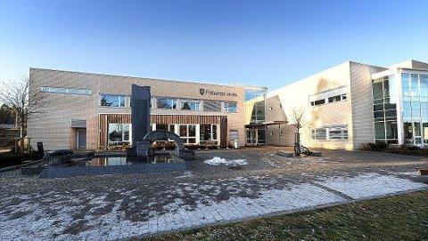 TAGGET NED: Da de ansatte kom på jobb onsdag morgen, ble det oppdaget av flere vegger på baksiden av Flåtestad skole var tagget ned.