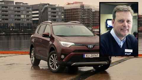 Toyota RAV4 har vært på det norske markedet i 20 år og er fortsatt like populær. Innfelt: Ole Johnny Christiansen, daglig leder Funnemark Larvik.