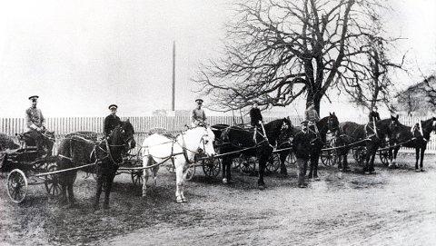 DROSJER. Fra drosjeholdeplassen ved jernbanestasjonen på tre ulike stadier: Hestedrosje-perioden fram til 1915-20 (øverst), Chevrolet- og Ford-perioden i 1930-åra (i midten) og Mercedes-perioden på 1960-tallet (nederst).