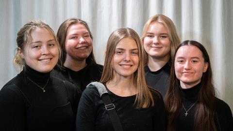 JENTENE I SWITCHBAG: Nora Marie Gjetrang (18), Mia Andrine Rosenkilde (17), Elise Bondevik Haga Molvik (18), Kristine Engeland Kristiansen (18) og Nadia Sofie Darre (18).