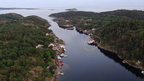 I SUNDET: Mellom Stokkøya og Arøya i Helgeroa ligge det flere båter som noen mener er skjemmende.