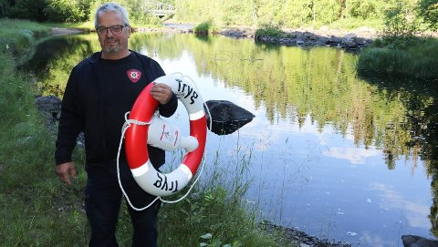 TRYGGER: Ledende vaktmester i Åsnes kommune og befal i brann- og redningsvesenet, Jan Berg, her med den nye livbøyen som er plassert i Kulpen i Flisa-elva.