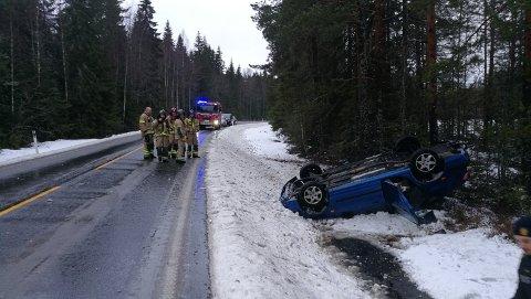 ULYKKE: Bilen havnet i grøfta mellom E16 og Veslevatnet.