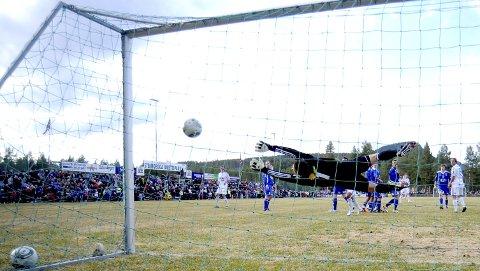DEN GANG DA: I 2011 møtte Alvdal topplaget Rosenborg på Steimoegga. Så glamorøst blir det neppe i 2021, for nå handler alt om i det hele tatt å få spilt tellende seriekamper. Lederen i divisjonsforeningen, Kari Lindevik, er alvorlig bekymret.